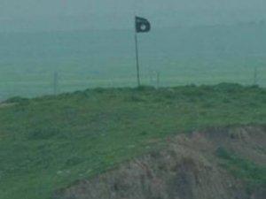 IŞİD, Türkiye sınırına bayrak dikti!
