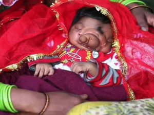 Tanrı olduğuna inanılan bebek şans getirdi