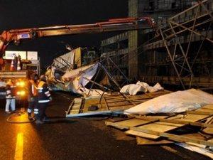 Şiddetli poyraz İstanbul'da panoları savurdu