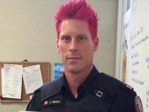 Dünya Kanadalı polisin pembe saçını konuşuyor