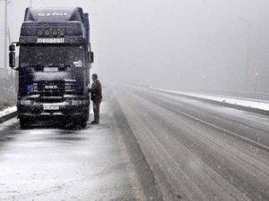 Yazı beklerken kışı yaşıyoruz: Karayolu kapandı