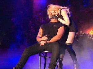 Madonna'dan sert öpücük