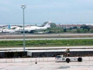 Atatürk Havalimanı'nda piste köpekler girdi, 3 uçak pas geçti