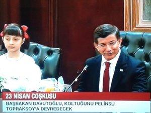 Başbakan Davutoğlu koltuğunu Pelinsu'ya bıraktı