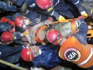 Nepal'deki depremden 30 saat sonra Bikram Chepang enkazdan canlı çıkarıldı