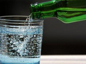 Maden suyunu bardağa koymayın!