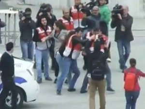 Taksim'de 2 kadın gözaltına alındı