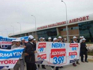 """Adıyaman Havalimanı'nda """"pahalı bilet"""" protestosu"""