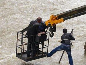 Cenazeye giden araç Zap suyuna uçtu: 6 kişi kayıp
