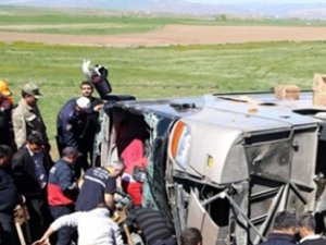 Sivas'ta öğrencileri taşıyan otobüs şarampole devrildi: 50 Yaralı