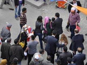 AKP mitinginde başörtülü kadına darp