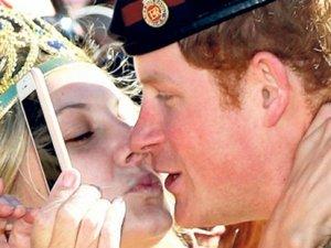 Prens Harry'le evlenemedi ama öpücüğü kaptı