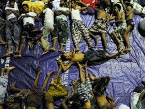 Denizde bekletilen Arakanlı Müslümanları balıkçılar kurtardı