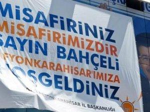 MHP Genel Başkanı Devlet Bahçeli'nin Afyonkarahisar'da yapacağı miting öncesi, AKP İl Binası'na 'hoş geldiniz' pankartı asıldı.