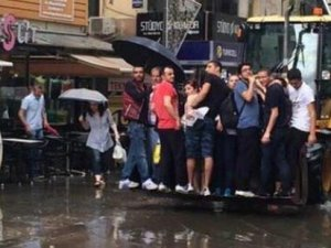İzmir'de sel hayatı felç etti!