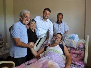 Edip Akbayram'dan hayranına moral ziyareti!