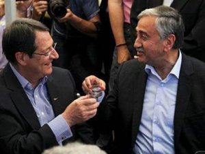 Kıbrıs'ın iki liderinden ortak esnaf ziyareti