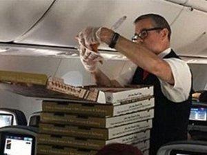 Uçak rötar yaptı, pilot yolculara pizza ısmarladı