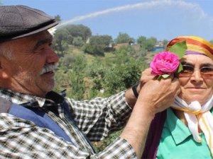 Bu köyün erkekleri çiçeksiz dolaşmıyor
