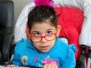 Beyin felci olan kızı için hayırseverlerin yardımını bekliyor