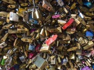 Paris'te aşk kilitleri çöpe atılıyor