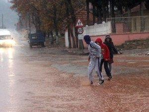 Yağmur sularının dereye çevirdiği caddeyi fotoğraflayan adama sürgün!