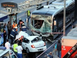İki metrobüs çarpıştı çok sayıda yaralı var