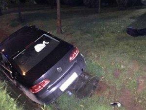 Annesini hareket halindeki otomobilin arka koltuğunda bıçakladı