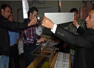Trafo patladı, oylar cep telefonu ışığıyla sayıldı