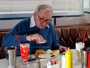 Buffett'la öğle yemeği 2,3 milyon dolar
