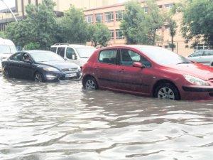 10 dakikalık yağmur Ankara'yı felç etti