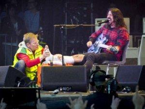 Sahnede ayağını kırdı, konsere devam etti
