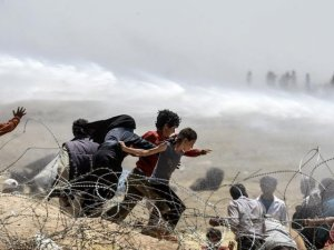 Türkiye'ye geçmelerine izin verilmeyen Suriyeli'ler sınırda geceliyor