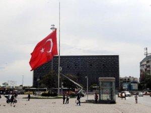 Taksim'deki dev Türk bayrağı yarıya indirildi