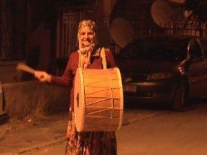 62 yaşındaki Davulcu Ayşe Teyze sokaklarda!