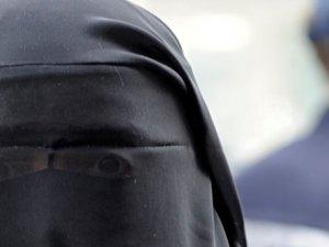 İngiltere'de burkalı erkekler yakalandı