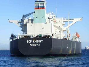 Ahırkapı'da karaya oturan petrol tankeri kendi imkanlarıyla kurtulmayı deniyor