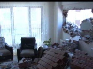 Yıkım sırasında bitişikteki binanın duvarı çöktü
