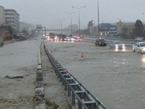 İstanbul'daki sağanak yağış TEM'i kapattı