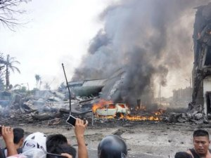 Endonezya'da uçak kazası: En az 38 ölü