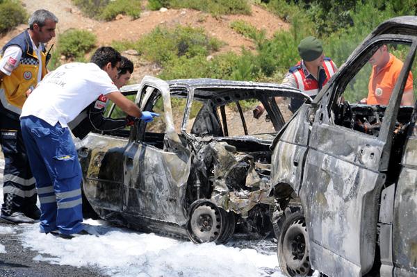 Kazada alev alan otomobil 3 can aldı