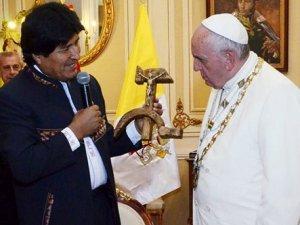 Morales, Papa'ya orak çekiç şeklinde haç hediye etti