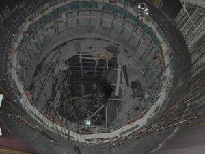 Otomobille metro inşaatının içine düştü!