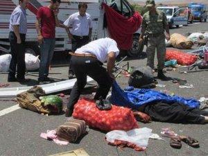 İşçi taşıyan kamyon devrildi: 3 ölü
