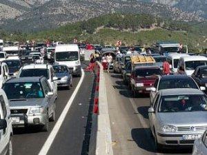 Antalya'da binlerce araç mahsur kaldı
