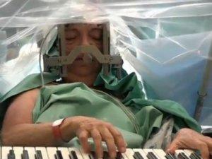 Ameliyat sırasında piyano çaldı!