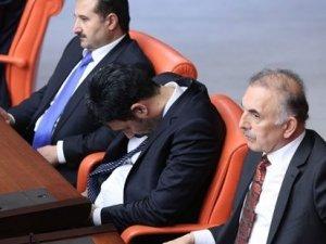 'Meclis'e uyumaya gitmiyorum' diyen Uğur Işılak Meclis'te uyuyakaldı!