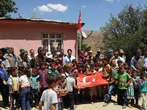 Şirvan Yamaçlı Köy Okulu'na İstanbul Şehit Aileleri ve İnsan Hakları Derneğinden kütüphane
