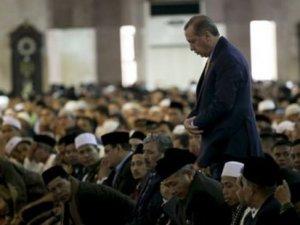 Cumhurbaşkanı Erdoğan, Endonezya'da cuma namazı kıldı