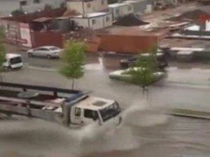Türkiye sıcak havayla kavrulurken Ankara'da sağanak yağış